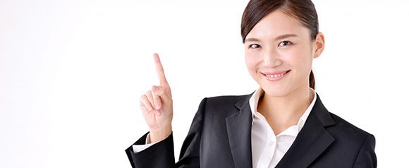 合宿免許の選び方を教えてくれる女性